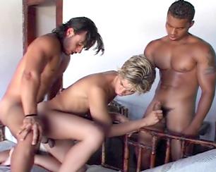 Un blondinet joue la pute avec 2 cow-boys...